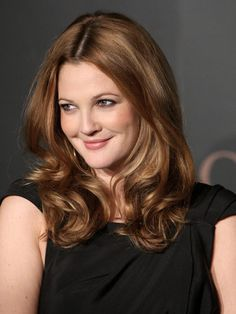 Drew arrived at A Night to Benefit Raising Malawi and UNICEF event with pretty, loose curls. Warm Brown Hair, Golden Brown Hair, Drew Barrymore Haare, Celebrity Hairstyles, Cool Hairstyles, Pretty Makeup, Pretty Hair, Simple Makeup, Soft Curls For Medium Hair