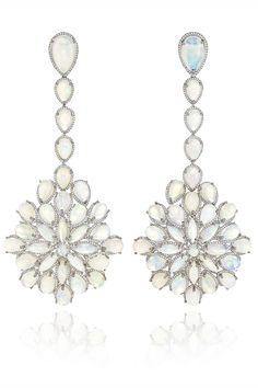Pendientes chandelier en oro blanco completamente engastados con diamantes, cuatro de ellos talla pera, de Chopard.