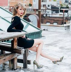 Taylor Swift is the master of creating a personal brand. Even I have got on the T-Swift bandwagon. Taylor Swift 2014, Taylor Swift Moda, Taylor Swift Fotos, Estilo Taylor Swift, Taylor Swift Style, Taylor Swift Pictures, Taylor Swift Photoshoot, Taylor Swift Legs, Actrices Sexy
