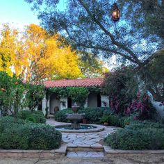 Are you nuts about Reese Witherspoon's House in Home Again movie? Come tour the interiors of the Spanish style hacienda house from the film, score interior design ideas, and find sources for similar decor! Spanish Style Homes, Spanish Revival, Spanish House, Spanish Colonial, Reese Witherspoon House, Lush, Hacienda Homes, Zen, Courtyard House Plans
