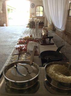 Buffet di aperitivo prima della cena. Catering: Giemme Ricevimenti. Interno barchessa, Corte Dei Paduli, Reggio E., Italy.