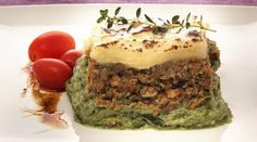 Pastel de carne con espinaca Alicante, Carne Picada, Avocado Toast, Breakfast, Food, Olives, Plate, White Sauce, Diners