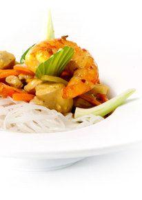 Madras curry met paksoi, gamba en kippendijen