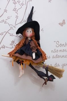 Sabrina voando em sua vassoura (projeto) Halloween Sewing, Halloween Doll, Cute Halloween, Halloween Crafts, Halloween Decorations, Diy Arts And Crafts, Handmade Crafts, Tutorial Patchwork, Manualidades Halloween