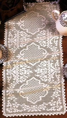 This Pin was discovered by DIA Crochet Placemats, Crochet Table Runner, Crochet Doily Patterns, Thread Crochet, Crochet Doilies, Crochet Stitches, Crochet Round, Crochet Home, Crochet Embellishments