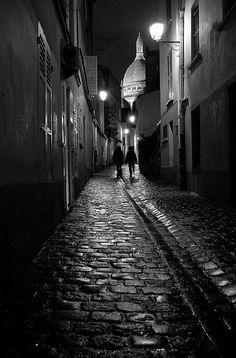 La rue Saint-Rustique à Montmartre, la nuit... (Paris 18ème).