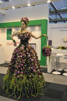 Stunning Dress Love Tulips, I will replace the tulips for spider mums, find them here http://bloomingmore.com/