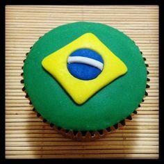 Cupcake Bandeira do Brasil | Cupcake inspirado na bandeira do Brasil coberto com pasta americana, massa do bolo e recheio de sua preferência.