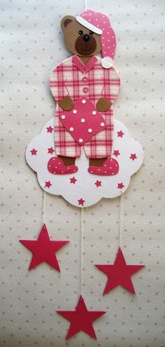 Dieser liebevoll  und handgearbeitete Teddy aus Tonkarton und Stoff freut sich auf ein neues Zuhause.