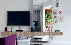 A marcenaria espelhada da sala de TV, executada pela Marcenaria Artifície, transformou o apê de 42 m². Projeto do designer de interiores Gabriel Valdivieso e da arquiteta Carolina Pereira