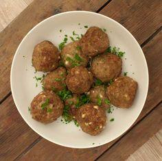 Griekse gehaktballen; in het Grieks ook wel bifteki genoemd. Smeuïge gehaktballen met feta en veel kruiden. Lekker in combinatie met Griekse tomatenrijst.