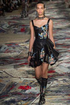 Alexander McQueen printemps-été 2017 : Lors de la fashion week parisienne, La griffe Alexander McQueen a présenté sa collection printemps été 2017