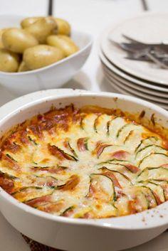 Lasten lempiruoat juttusarja aloitetaan tällä meidän vauhtikolmikon kestosuosikilla. Tomaattinen uunimakkara on helppo ja nopea valmistaa. Lapset auttavat myös mielellään tämän ruoan valmistamisessa. Lenkkimakkaran ja kesäkurpitsan viipaloiminen sujuu heiltä jo hyvin. Paras vaihe tomaattisen uunimakkaran valmistuksessa... Workshop Cafe, Bon Appetit, Macaroni And Cheese, Zucchini, Healthy Snacks, Nom Nom, Sausage, Food And Drink, Cooking Recipes