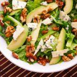 Novoroční dietní recepty: Salát s vlašskými ořechy, hruškami a gorgonzolou | iMnam.cz Cobb Salad, Food, Essen, Meals, Yemek, Eten