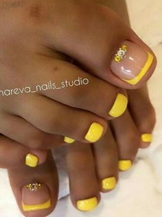 The advantage of the gel is that it allows you to enjoy your French manicure for a long time. There are four different ways to make a French manicure on gel nails. Yellow Toe Nails, Toe Nail Color, Toe Nail Art, Acrylic Nails, Pretty Toe Nails, Cute Toe Nails, Fancy Nails, Pretty Pedicures, Cute Toes