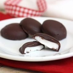 Da jeg var barn lavede vi hver år til jul små pebermynte knapper, jeg synes de smager henad After Eight chokolader, hvis du pynter dem med en smule mørkt chokolade. De er super nemme at lave og ung…