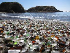 Fort Braggin asukkaat heittivät jätteet mereen vuosina 1906 ja 1967. Sillä tavalla meri on hionut lasisia materialeeja lasikiviksi, joista on muodostunut Kalifornian MacKerricher State Parkissa, Fort Braggin lähellä sijaitseva lasiranta.