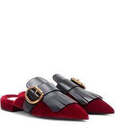 Prada - Slippers aus Samt mit Fransen - Extravaganter Chic von Prada, wie wir ihn kennen und lieben. Diese Slippers aus bordeauxrotem Samt begeistern mit einer markanten, spitz zulaufenden Kappe und schwarzen Fransen, die von einer Goldschnalle abgerundet werden. Dank des niedrigen Absatzes lässt sich das edle Paar den ganzen Tag hindurch tragen. seen @ www.mytheresa.com