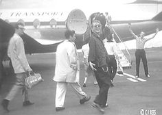 Buddy Holly, Paul Anka and Jerry Lee Lewis boarding plane Buddy Holly Musical, Popular Music Artists, Ritchie Valens, Jerry Lee Lewis, People Of Interest, American Singers, American History, Bob Dylan, Kinds Of Music
