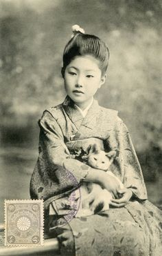 neko no suzu botan no acchi kocchi kana — Issa the cat's bell / here and there among / the peonies An Osaka maiko (apprentice geisha)? Vintage Pictures, Old Pictures, Vintage Images, Old Photos, Photo Chat, Art Japonais, Cat People, Japanese Culture, Japanese Girl