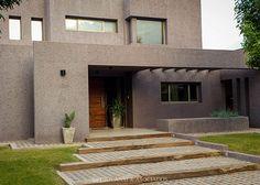 Degiovanni & Asociados - Estudio de Arquitectura. Más info y fotos en www.PortaldeArquitectos.com Exterior Gris, House Elevation, Entrance Doors, Italian Style, Facade, House Plans, Farmhouse, Mansions, House Styles