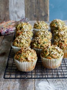 Perfekt som mellommåltid, til matpakka eller som tilbehør til supper og salater. Oppskriften på grove muffins med ost, skinke og spinat finner du her på bloggen Mat på bordet. Healthy Muffins, Healthy Snacks, Healthy Recipes, Sandwiches, Tapas, Nom Nom, Buffet, Food Porn, Brunch