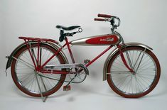1934 Schwinn Aerocycle Bicycle >>> This bike from a bicycle manufacturer looks more like a motorcycle than the bike by the future motorcycle company, Harley Davidson. Vintage Bicycles For Sale, Antique Bicycles, Vintage Bikes, Bicycle Decor, Old Bicycle, Old Bikes, Tricycle, Velo Beach Cruiser, Beach Cruisers