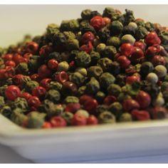 PEPE ARCOBALENO, MIX DI PEPI La miscela di pepe arcobaleno, realizzata con pepe bianco, nero, rosso, verde è macinabile direttamente sulla pietanza, o in grana grossa su ogni tipo di piatto che ha bisogno di una certa dose di piccantezza. Visto il mix di colori, può anche essere usato per la presentazioni di piatti. Gli ingredienti della miscela dipepe arcobaleno sono pepe nero, pepe bianco, pepe verde, pepe rosa.