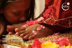 1ª notte di luna piena di luglio - Guru Purnima La festa del Guru Purnima, in Oriente, è il Cuore di tutte le celebrazioni: la prima notte di luna piena di luglio si celebra il saggio Vyasa, il mitico maestro che trasmise la sacra conoscenza dei Veda ai suoi discepoli per il bene dell'umanità