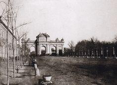 Puerta de Alcalá. Calotipo, 1852 La Puerta de Alcalá, obra de Francisco Sabatini, se terminó de construir en 1778, como parte del proceso de embellecimiento de la ciudad emprendido por el rey Carlos III. Sustituyó a la antigua que había sido construida en 1599, con motivo de la llegada de la reina Margarita de Austria, esposa de Felipe III (aunque la antigua puerta no estaba exactamente donde la actual, sino un poco más cerca de la plaza de la Cibeles) Obsérvese a la derecha de la imagen…