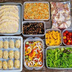 作り置き常備菜、やってみたいけど何を作ってどれだけ保存がきくのか、など分からずに躊躇している方へ!買い出しリストからレシピまで、1週間分の作り置き常備菜にチャレンジしてみましょう♡ Easy Cooking, Cooking Recipes, Freezer Cooking, Lunch Recipes, Healthy Recipes, Weird Food, Exotic Food, Happy Foods, International Recipes