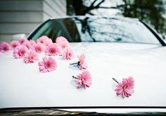 Vágott+virágokkal+is+próbálkozhatsz,+ha+nem+akarsz+virágcsokrot+köttetni. ❤️I think all they did was attach the stem of the silk flower into the little hole on a suction cup and stick them to the car metal. Soooo cute and easy!!!❤️