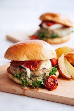 Vad händer när du tar en näve USA, blandar i en skvätt Italien och en nypa kärlek? Du får vår fräscha kycklingburgare med pesto, mozzarella och ugnsbakade tomater! Lika perfekt på fredagskvällen som till fest. #burgare #kyckling #middag #food #helg Mozzarella, Pesto, Salmon Burgers, Food For Thought, Love Food, Nom Nom, Bbq, Turkey, Canning