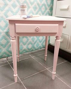 ... Was man mit den tollen Chalk Paint Farben anstellen kann ? Hier ist ein Nachttisch mit der Nuance 'Antoinette' verwandelt worden ..   #franken #bamberg #madeinbayern #selfmade #handmade #umgarnerei #chalkpaint #anniesloan