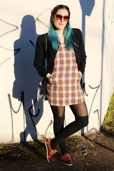 look do dia - street style - outfit of the day - ootd - fashion - blogger - winter - dress - vestido - xadrez - meia calça - mocassim - dockside - docksider - bolsa metalizada - bolsa holográfrica - bolsa de concha - bolsa de sereia - cabelo azul - óculos de sol marrom - brown sunglasses - blue hair - mermaid bag - mettalic bag - winter shoes - tartan dress