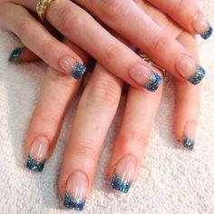 Nageldesign French elegante Maniküre mit Gellack blau Glitzern