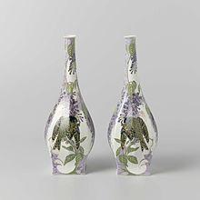 Porseleinen vaas naar ontwerp van Jurriaan Kok, in 1914 gedecoreerd door Sam Schellink met seringen en vogel bij de N.V. Haagsche Plateelfabriek Rozenburg te Den Haag, in bezit van het Rijksmuseum Amsterdam
