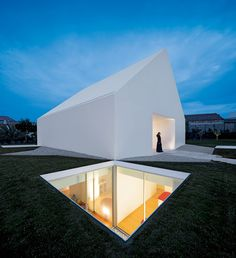 A house in Leiria, Portugal, by Aires Mateus. Photo credit: Fernando Guerra. #pin_it @mundodascasas See more Here: www.mundodascasas.com.br
