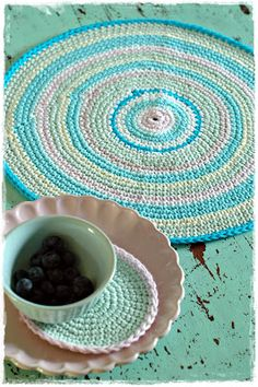 Great idea to make your own placemats and coasters. Crochet Doily Rug, Crochet Rings, Crochet Cozy, Crochet Circles, Love Crochet, Crochet Patterns, Crochet Ideas, House Of Turquoise, Arts And Crafts