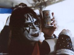 Ace Frehley Wallpaper: ♠ Ace ♠ (He found some Asian Ale on tour! Ready to party!!)