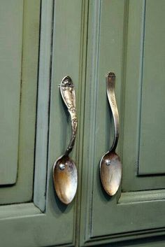 Use For Vintage Spoons On Kitchen Cabinets! Handles For Kitchen Cabinets, Cabinet Handles, Vintage Kitchen Cabinets, Cabinet Hardware, Diy Kitchen, Kitchen Decor, Kitchen Items, Diy Decoration, Diy Home Decor
