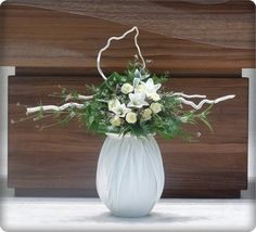 Cascade Bouquet, Altar Decorations, Blessed Mother, Flower Centerpieces, Ikebana, Flower Crafts, Floral Arrangements, Diy And Crafts, Table Settings