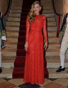 Sara Brajovic De rojo Valentino vimos a Sara Brajovic con un elegante modelo cerrado de manga larga y encaje. Para copiar... su larga melena ondulada a un lado