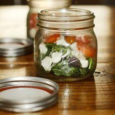La solución para comer sano en la oficina: Ensaladas en bote