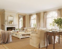 00161223. Salón en tonos tierra con chimenea y ventanales al porche_00161223