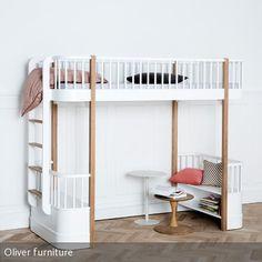 Im klassisch nordischen Design präsentiert sich dieses Hochbett für Kinder. Eine Sitzgelegenheit und die integrierten Regale können für gemütliche …