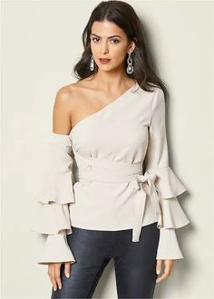 Shop must-have women's long sleeve tops at Venus and find lace, off the shoulder, floral details & more! Discover trendy looks perfect for fall. Blouse Styles, Blouse Designs, Elegante Y Chic, Latest Fashion For Women, Womens Fashion, Casual Outfits, Cute Outfits, Look Street Style, Mix And Match Bikini