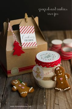 Looking for a simple homemade gift? Give away some Gingerbread Cookie Mix, made in a jar, tied with ribbon, cookie cutter and a free printable. Christmas Cookies Gift, Christmas Treats, Christmas Baking, Soft Gingerbread Cookie Recipe, Gluten Free Gingerbread Cookies, Super Cookies, Cookies In A Jar, Cookie Packaging, Packaging Ideas