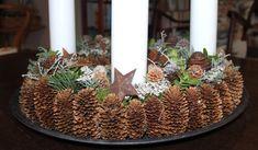 Årets adventskrans Christmas Diy, Christmas Decorations, Table Decorations, Pine Cone Crafts, Christmas Inspiration, Pine Cones, Garland, Branches, Diys