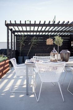 Chic black and white outdoor dining furniture